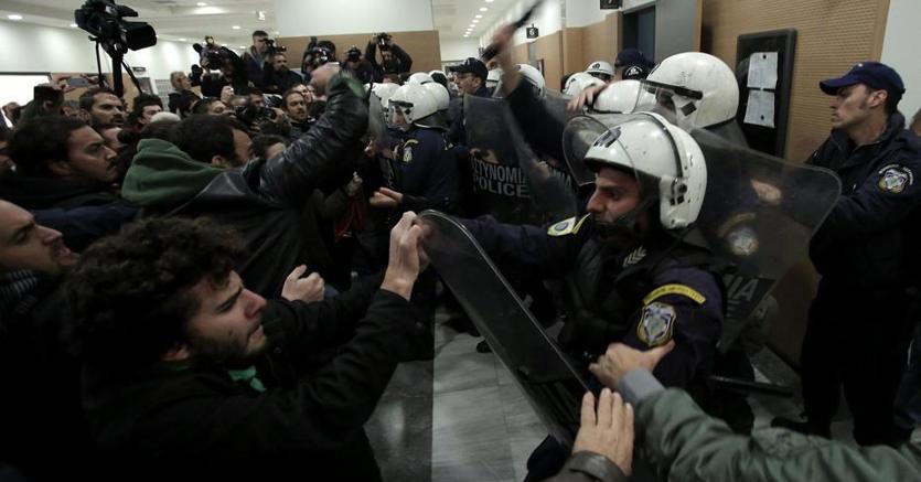 Manifestanti si scontrano con la polizia greca nell'aula di tribunale dove si svolgono le aste per le case pignorate